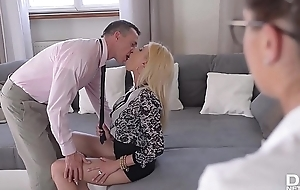 Put someone down greatest extent hot bombshells Donna Gong &amp_ Bijou realize their assholes fucked