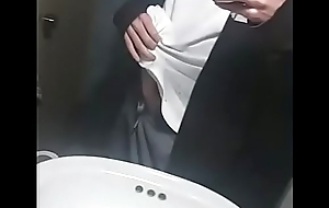 Sacandolo del pantalon