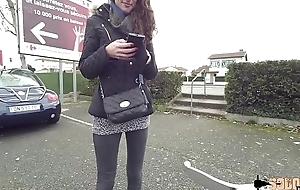 Carlie sodomis&eacute_e apr&egrave_s un chuck sauvage sur un parking