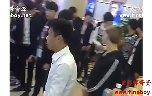 中国大陆gay金主叫一群20岁左右直男少爷鸭子一起玩裸舞,打手枪,真是刺激啊