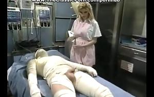Enfermera reviviendo a un paciente